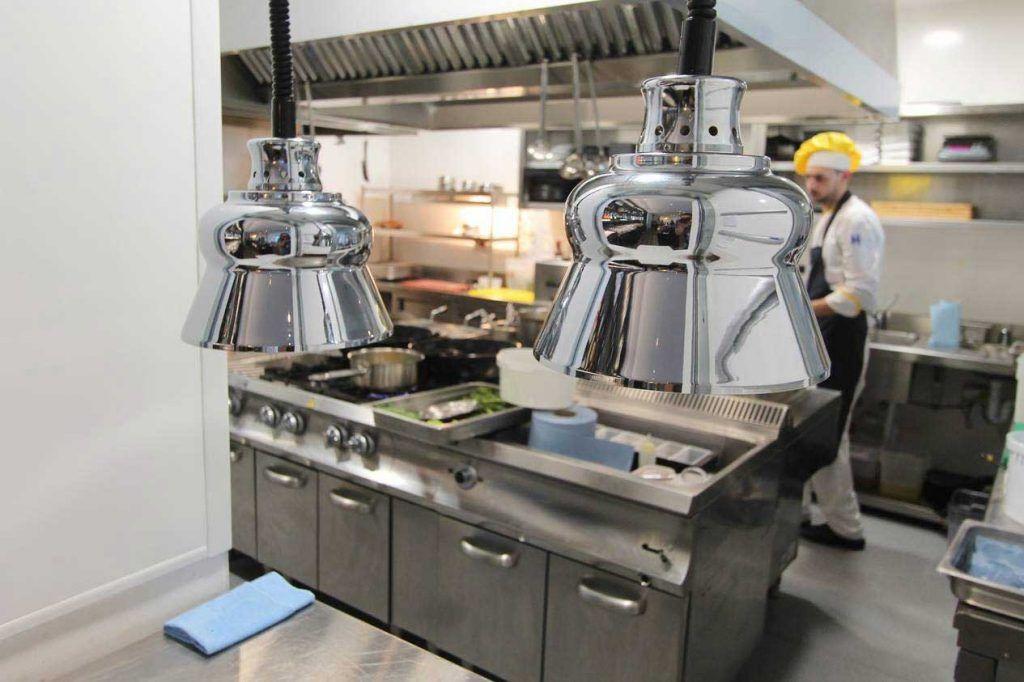 Lámparas mantenedoras de calor, interior cocina industrial