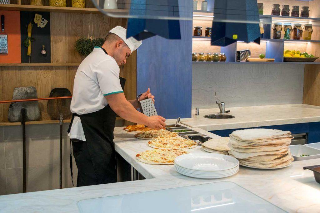 Mesa preparación de pizzas
